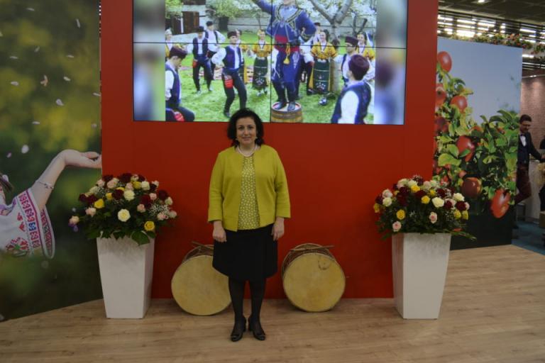 """Германския агроминистър опита питка и хареса народните ни танци на българския щанд на """"Зелената седмица"""" в Берлин"""